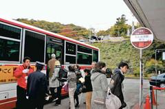 紅葉名所を巡る無料ルートバスに乗り込む観光客ら=犬山市の名鉄犬山遊園駅で