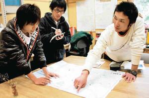 片知渓谷のツアーコースを確認する学生ら=美濃市曽代で