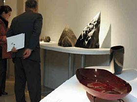 大賞の「時の航行」(手前)などの入賞作品=いずれも金沢市武蔵町のめいてつ・エムザで