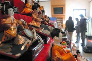 旧市街地の各地で展示が始まった節句人形=近江八幡市の白雲館で