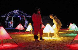 キャンドルやイルミネーションの光がゲレンデにあふれる会場=富山市原の立山山麓スキー場で