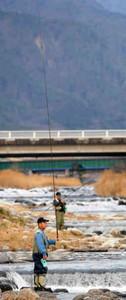 根気よくさおを振り、川に投げ入れる釣り人たち=飯田市鼎上茶屋で
