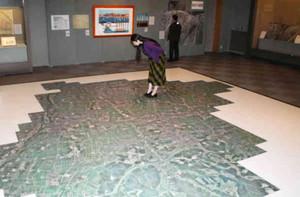 県内の移り変わりを写真や絵地図で紹介する企画展=射水市新湊博物館で