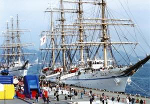 1999年の開港100周年記念事業で、清水港に入港した海王丸(右)と日本丸