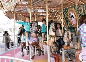 刷新したメリーゴーラウンドを楽しむ子どもたち=桑名市長島町浦安で