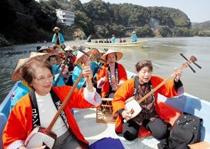 太鼓やおはやしの音を響かせて初下りを楽しむ関係者ら=浜松市天竜区の天竜川で