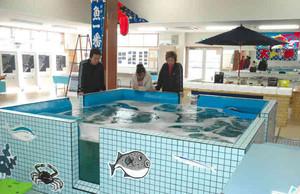 直販所では、いけすで泳ぐ魚も購入できる=鈴鹿市白子1で