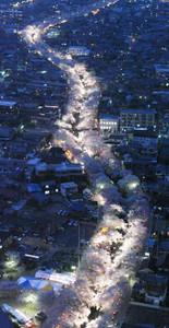 ライトアップされ暗闇に浮かび上がる五条川沿いの桜=岩倉市で、本社ヘリ「あさづる」から