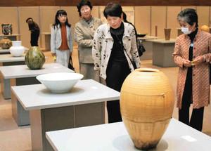 多くの来場者でにぎわう美濃陶芸展=多治見市産業文化センターで