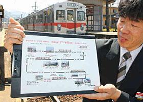 石川線沿線の「桜めぐり」ガイドを作った河崎さん=白山市の北陸鉄道鶴来駅で
