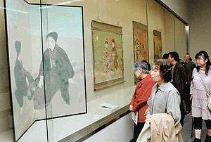 貴重なコレクションに見入る美術ファン=金沢市の県立美術館で