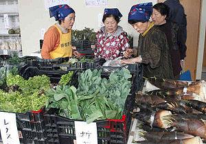 新店舗で営業を始めた栴檀野地区の地場産野菜直売所=砺波市福岡で