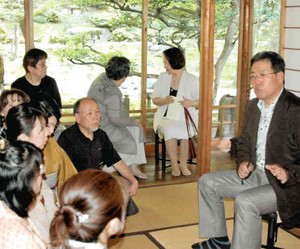 作品の解説をする加藤さん(右)=名古屋市千種区の為三郎記念館で