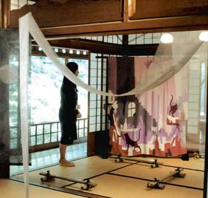 和の空間に展示された作品=名古屋市千種区の為三郎記念館で