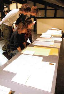 13世紀からの紙を紹介した「越前和紙の歴史を観る」展=越前市の卯立の工芸館で
