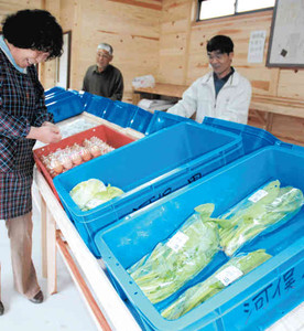 直売所に野菜などを並べる住民たち=松阪市飯高町七日市の「河俣ノ里」で