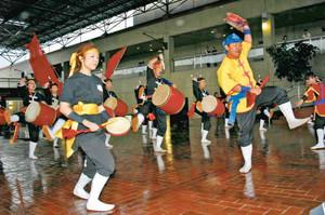 勇壮に太鼓を打ち鳴らす沖縄の伝統芸能「エイサー」=犬山市のリトルワールドで