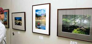 観光名所を写した駒ケ根観光写真コンテスト作品展=駒ケ根市立博物館ロビーで
