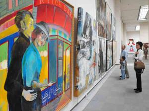 大きな絵画作品が来場者の目を引く「国展」=名古屋市東区の県美術館ギャラリーで