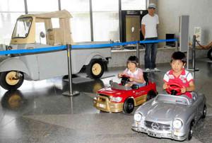 エントランスでペダルカーを楽しむ親子連れ=いずれも安城市歴史博物館で