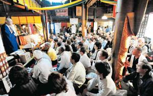 住職の話を聞こうと集まった大勢の参拝者ら=いずれも飯田市座光寺で