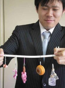 学生たちのアイデアを生かしたお土産試作品=津島市の津島商工会議所で