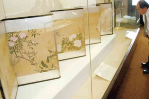 展示されている内海元孝の作品=敦賀市相生町で