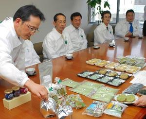 浜名湖のりの商品を紹介するメンバーら=浜松市役所で