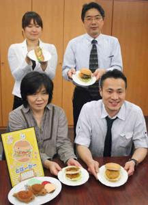 「じゃころっけバーガー」(左手前)と「浦村かきドッグ」の2種類が新たに仲間入り=鳥羽市役所で