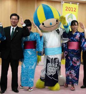 西藤副知事(左)に「郡上おどり」と「白鳥おどり」をPRする浴衣姿のミナモたち=県庁で