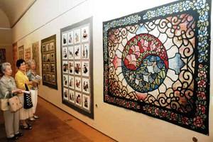 鮮やかな色彩の韓国のキルト作品=岐阜市の県美術館で