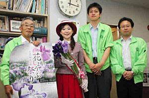12日からの花しょうぶ祭りをPRするプリンセスチューリップら=富山市丸の内の中日新聞富山支局で