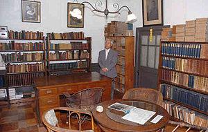 書斎の内部。愛用の机や和漢洋の蔵書が並ぶ=いずれもかほく市宇野気で