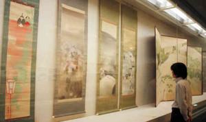 柴田晩葉のほのぼのとした世界が広がる会場=大津市歴史博物館で