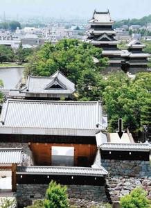 国宝松本城の太鼓門の上に期間限定で復元される太鼓楼の予定地(矢印)=松本市で