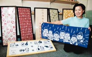 七福神の日本手ぬぐい7種類をデザインした石崎律子さん=七尾市和倉町で