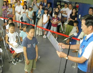 「ロボワールド2009絵画コンクール」で表彰される子どもたち=浜松市中区の浜松科学館で