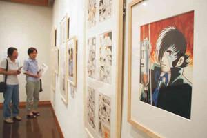 「ブラックジャック」など手塚さんの作品の原画が並ぶ展示会=岡谷市で