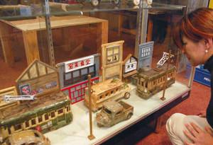 陶器で表現した「古き良き昭和」の町並み=多治見市の笠原中央公民館で