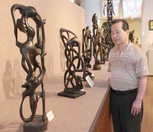 曲線を入り組ませ人間などの顔を表現した彫刻=伊勢市二見町のマコンデ美術館で