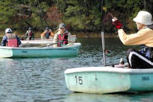 ボートからワカサギ釣りを楽しむ人たち=恵那、中津川市境の保古の湖で