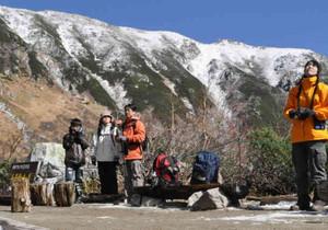 雪化粧をした前岳(後方)。峰々の雪と青空とのコントラストを楽しむ登山者ら=中ア・千畳敷カールで