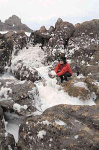 奥能登に冬の訪れを告げる今シーズン初の「波の花」の出現=輪島市の曽々木海岸で