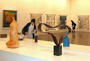 多彩な作品が並ぶ、金沢市・南砺市工芸の「今」展=金沢21世紀美術館で