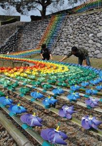 城跡に飾られた七色の風車=20日、掛川市の横須賀城跡で(河野貴子撮影)