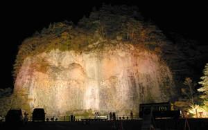 ライトアップされ暗闇に浮かび上がる巌立峡=下呂市小坂町で