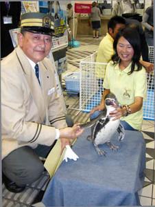本物の駅長も参加し、ペンギン列車ツアーをPRした=名古屋市中村区の近鉄名古屋駅で