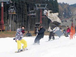 午前は薄日も差したゲレンデで雪の感触を楽しむスノーボーダーら=郡上市高鷲町の鷲ケ岳スキー場で