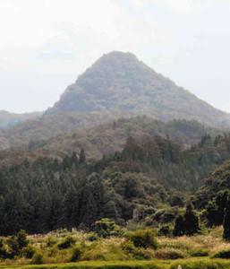 円すい形でピラミッドだとうわさされる尖山=立山町栃津で