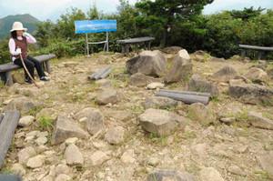 磁石が狂う尖山の頂上=立山町横江で
